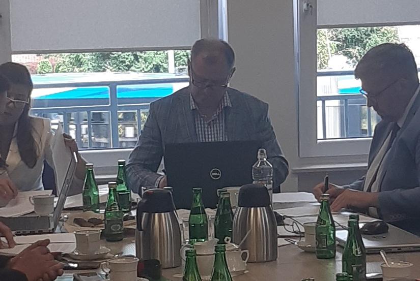 Burmistrz Paweł Banasik podpisuje akt notarialny spółki KZN Toruński