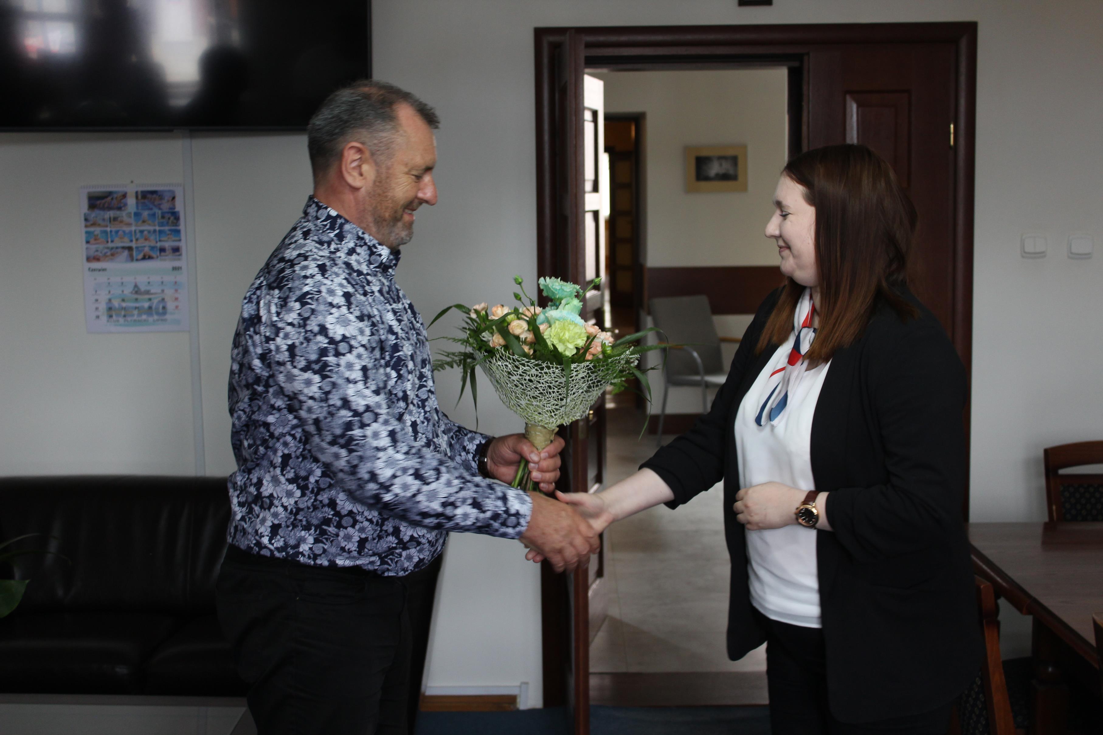 Burmistrz Paweł Banasik serdecznie podziękował za osobiste i aktywne zaangażowanie Pani Minister Anny Gembickiej w pozyskanie środków na dofinansowanie