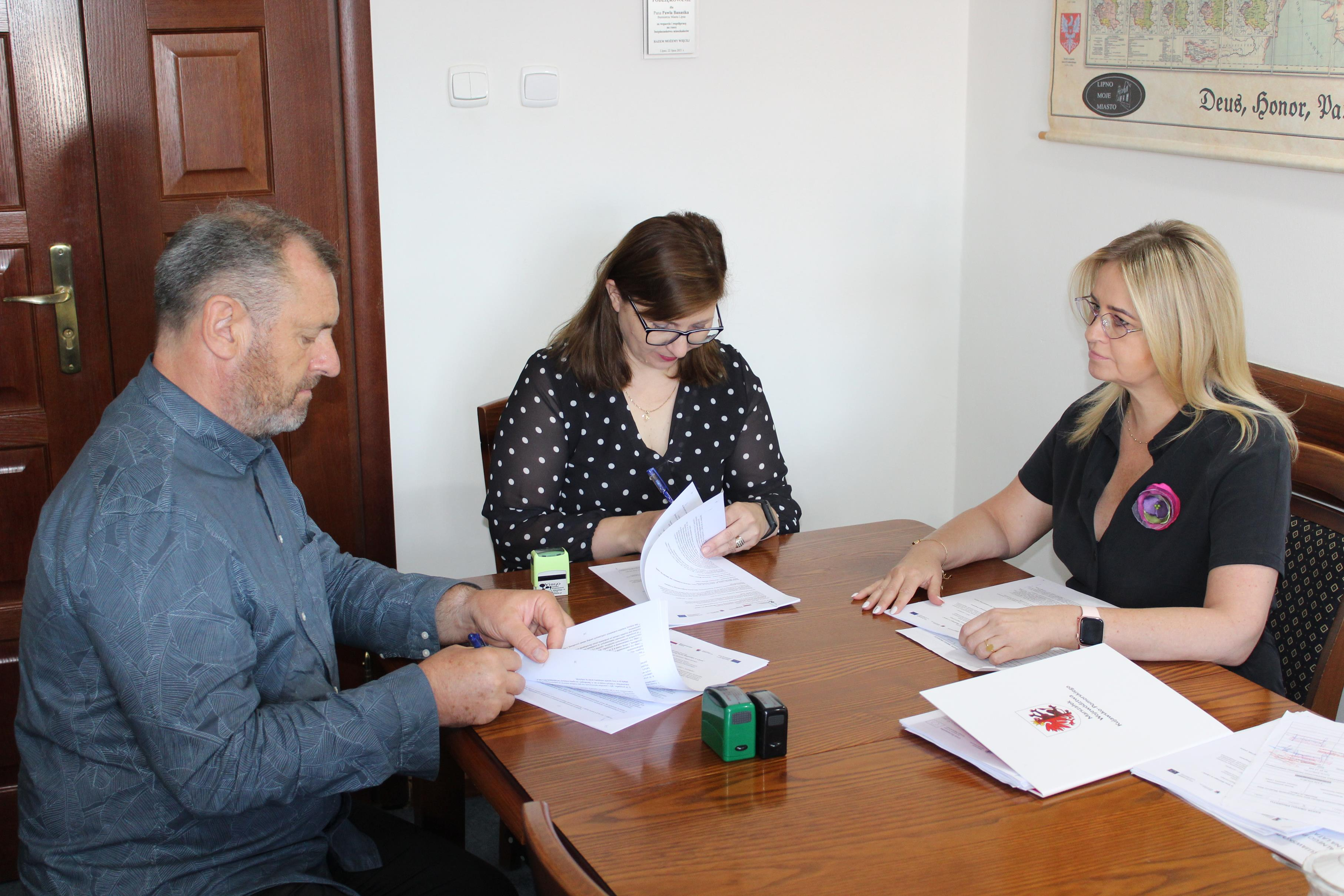 Burmistrz Miasta Lipna Paweł Banasik przy kontrasygnacie Skarbnik Miasta Marioli Michalskiej podpisał umowy na dofinansowanie realizacji projektów